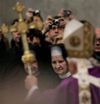 Benedikt XVI. prochází kolem sestry Tobiany, která se starala o Jana Pavla II. v jeho posledních dnech (foto AP).