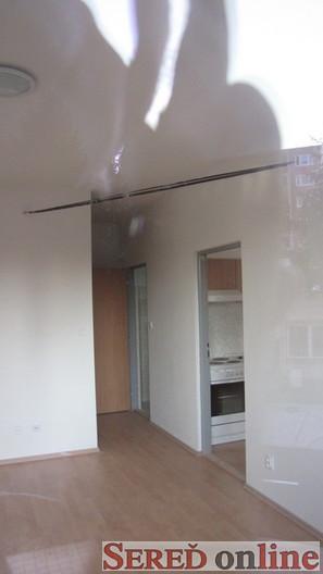 Kabely v obýváku. Bytovka byla postavena kolem telekomunikačních kabelů - ano, jdou takto napříč celým domem. (zdroj: SEREĎ online)