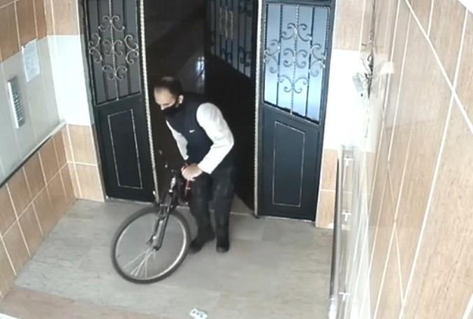 Bisiklet hırsızının kameralara yansıyan rahat tavırları pes dedirtti