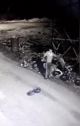 Tanınmamak için maske takan hırsız, maskeyi çöpe atarken kameralara yakalandı