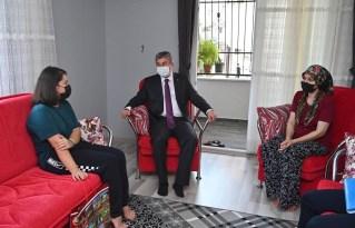 Vali Erdinç Yılmaz, vatandaşları evinde ziyaret ediyor, dertlerini dinliyor
