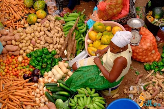 Mulher vendendo no Mercado da Assomada