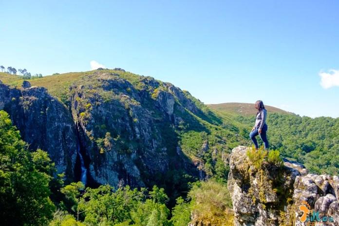 a Sandra a contemplar a cascata de Pitões das Júnias, no Gerês