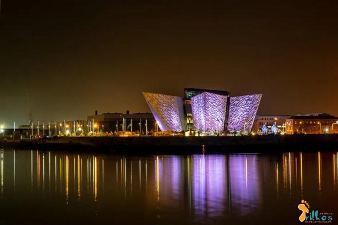 Rio Lagan e o edifício do Titanic Museum é noite (Belfast, Irlanda do Norte)