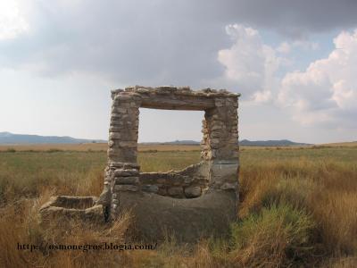 Pozalero y un pozo en Los Monegros