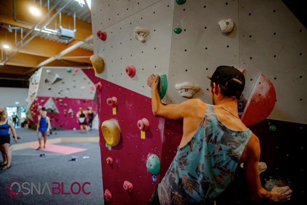 Nahaufnahme Mann beim Bouldern