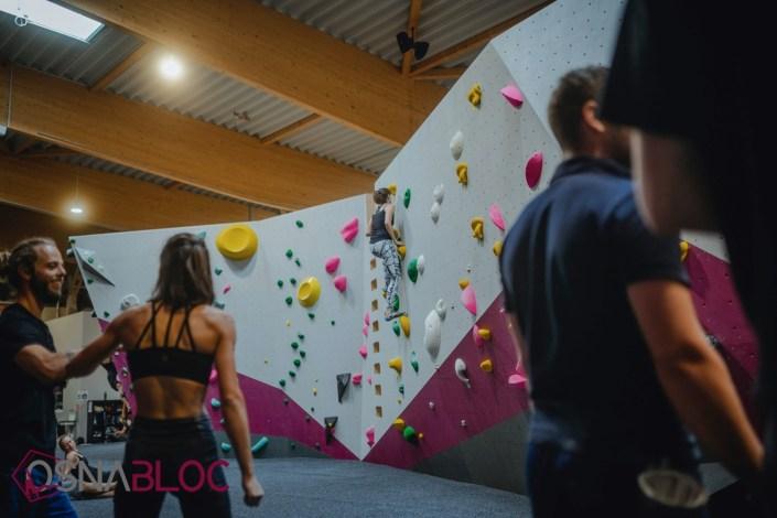 Menschen beim Bouldern