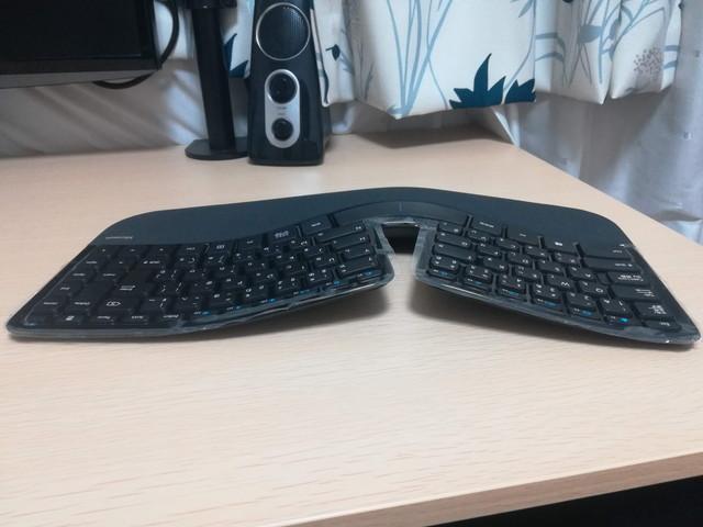真ん中と左右で高さが違うキーボード