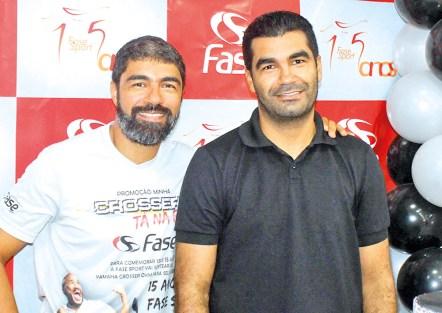 Os irmãos, Fábio Alves, sócio proprietário da Fase Sport, e Fernando Alves, sócio proprietário da Dinossauro's Uniformes, no aniversário dos 15 anos da Fase Sport, em Teixeira de Freitas