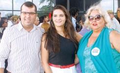 O secretário de Saúde do Prado, Luciano Mota, a prefeita de Prado, Mayra Brito, e a chefe de gabinete da Prefeitura de Prado, Rita Abrantes, na inauguração da Policlínica de Teixeira de Freitas