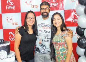 O sócio proprietário da Fase Sport, Fábio Alves acompanhado com as operadoras de caixa da Dinossauros Uniformes, Jaqueline Medeiros e Talita Carvalho, no aniversário dos 15 anos da Fase Sport em Teixeira de Freitas