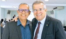 O delegado do Conselho Regional de Contabilidade de Teixeira de Freitas (CRC), João Neto, e o presidente do Conselho Regional de Contabilidade da Bahia (CRC), Antonio Carlos Nogueira, no evento Jornada Tributária, em Teixeira de Freitas