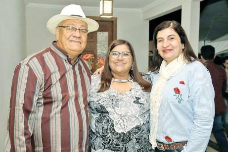 A vice-prefeita de Ibirapuã e diretoria comercial do Laticínio Davaca, Nivia Chácara em companhia do casal Joubert e Vilma Leal, na 32ª Festa do Vaqueiro em Ibirapuã;