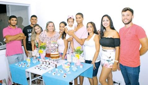 Ana Liz comemora seu primeiro aninho com seus pais Filipe Emerson e Érica Oliveira, juntamente com suas avós Nalva Oliveira e Zenilda Franco, seu tio Luan Cardoso e amigos