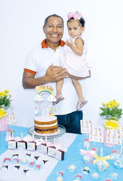 Ana Liz com seu vovô Antonio Carlos, diretor de negócios do Jornal OSollo, no seu aniversário de um aninho