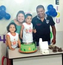 David comemora seus 4 anos com a irmã Judit, a mamãe Carla Félix, editora d'OSollo, e papai Ronildo Gonçalves, webmaster d'OSollo.
