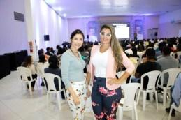 A gerente de relacionamento do Sicoob, Ane Santiago com sua colega gerente de crédito do Sicoob, Gabrielle Bartelli, no evento circuito empresarial em Teixeira de Freitas