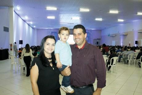 O consultor do Sebrae, Gilney Wandson acompanhado de sua esposa Murielle Lopes e seu filho Miguel Lopes, no evento circuito empresarial em Teixeira de Freitas