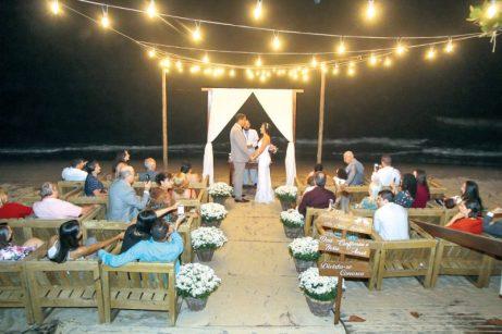 Convidados prestigiam a cerimônia de casamento, em Porto Seguro