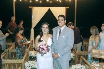 Os sorrisos mostrando a felicidade dos noivos
