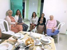 Dona Cesar com a prima Laudemir, a cunhada Helena e as amigas