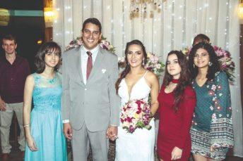 Os noivos entre Bruna, Diana e Maria Clara