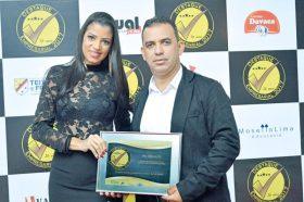 O empresário e sócio-proprietário da WL Veículos, Wilersson Moreira (Lecinho), com sua esposa Sintia Santos, com a placa de premiação do Destaque Empresarial