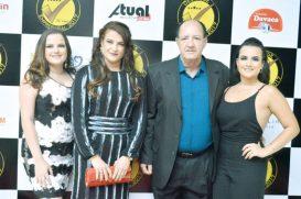Os empresários e proprietários do Posto Skalla, Amarildo e Rosélia Bridi, com suas filhas Luiza e Livia Bridi, no evento do Destaque Empresarial de Teixeira de Freitas
