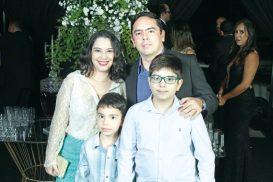 A empresária e proprietária do Supermercado Faé, Josylene Faé, seu esposo Raphael, filhos Enzo e Gabril Boghi, no evento do Destaque Empresarial de Teixeira de Freitas