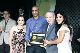 Os colaboradores da Ab Informática, Vanessa Medeiros, Ronaldo Gonçalves e Elaine Brito recebendo a placa de premiação do diretor comercial e novos negócios da ACE, Antonio Fantin