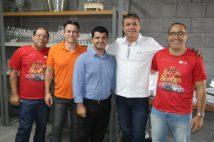 De branco, Edésio Pereira, presidente, ao lado da equipe diretora da CDL