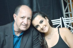 O empresário e proprietário do Posto Skalla, Amarildo, com sua filha Lívia Bridi, no destaque empresarial de Teixeira de Freitas