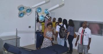 Manoel da Conceição (64 anos) admirando os novos equipamentos no hospital