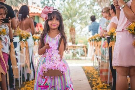 A linda Luiza Helena embelezou a cerimônia espalhando pétalas de rosas