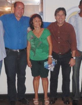 A mãe representando a ganhadora do 3º caminhão, Fabiane Teixeira, entre cacá e Paulo Ganem