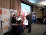 Dh Mariusz Kucharski odbiera dyplom i nagrodę