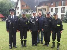 Goście, organizatorzy i instruktorzy obozu młodzieżowych drużyn pożarniczych.