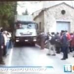 29/04/2013: La gente protesta per il passaggio dei camion in Via Vannucci (Mantignana).