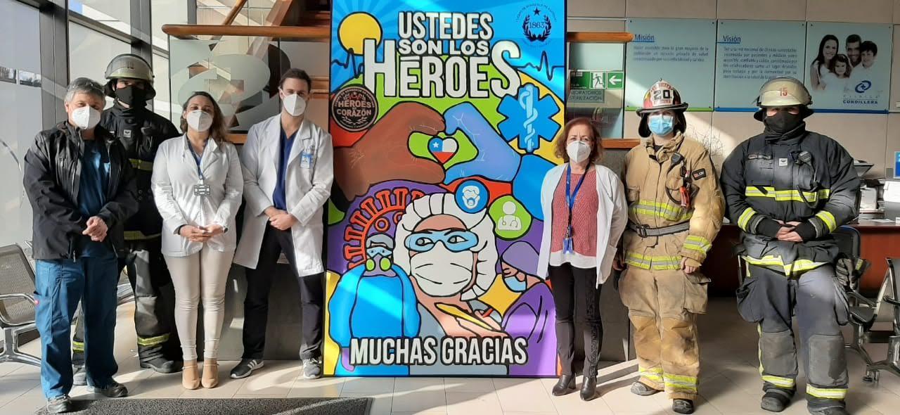 Cuerpo Bomberos de Santiago lleva homenaje sorpresa a equipo de salud de Clínica Cordillera