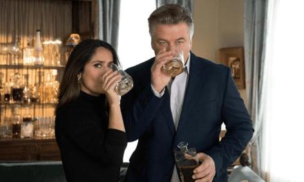 ALEC BALDWIN Y SALMA HAYEK INVITAN UNAS COPAS EN UNIVERSAL TV