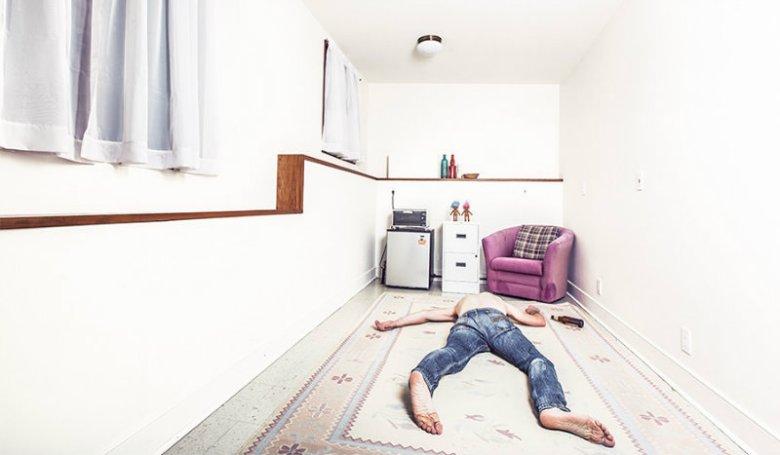 Homme allongé dans son salon : épuisement professionnel, surmenage, stress au travail ?