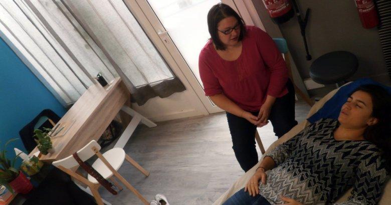 Ophélie Champion, sophrologue à Romagnat, pendant un consultation en sophrologie, sur une phase de sophronisation.