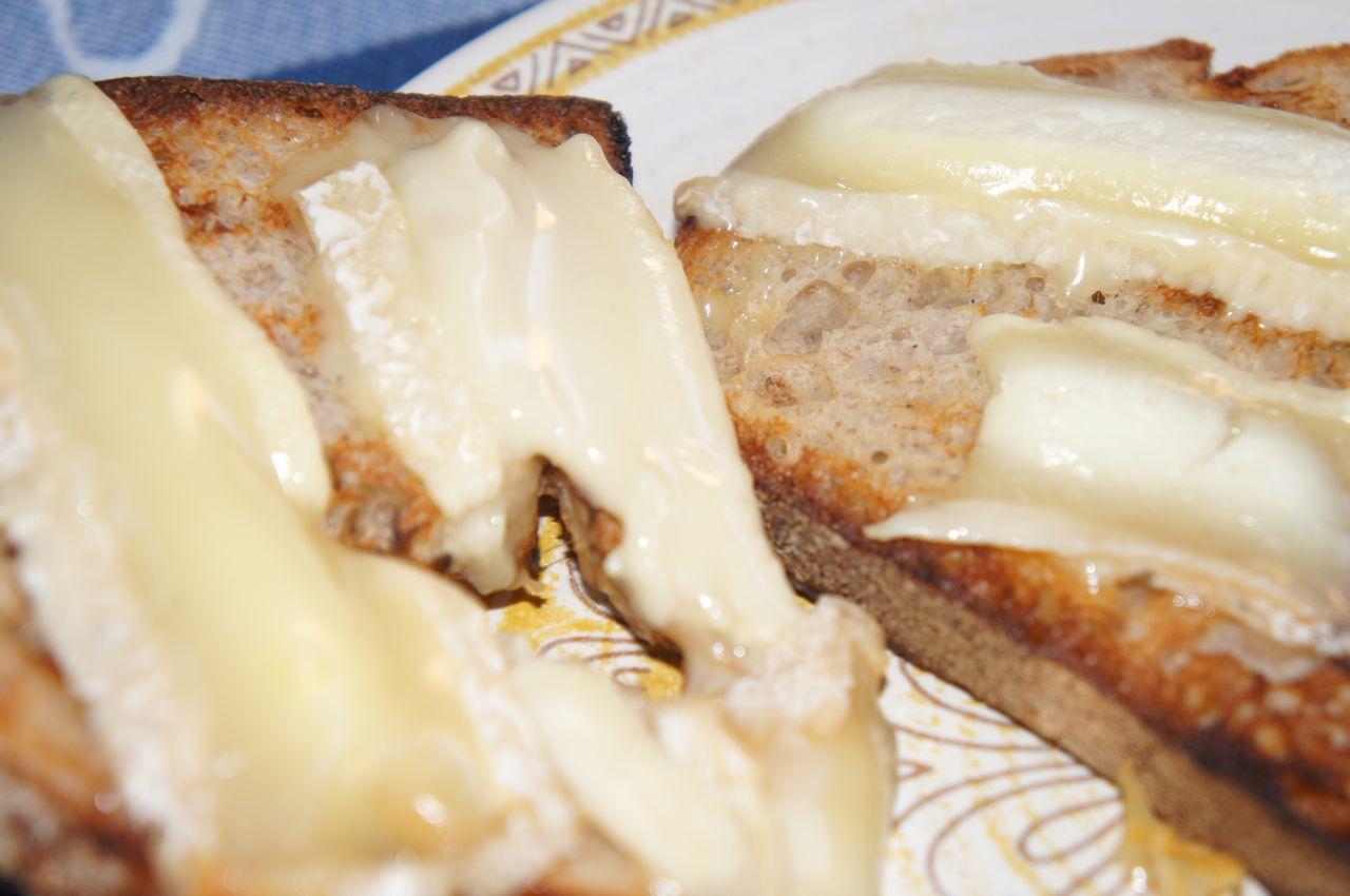 Bruk osten på andre måter. Grillet chèvre som her.