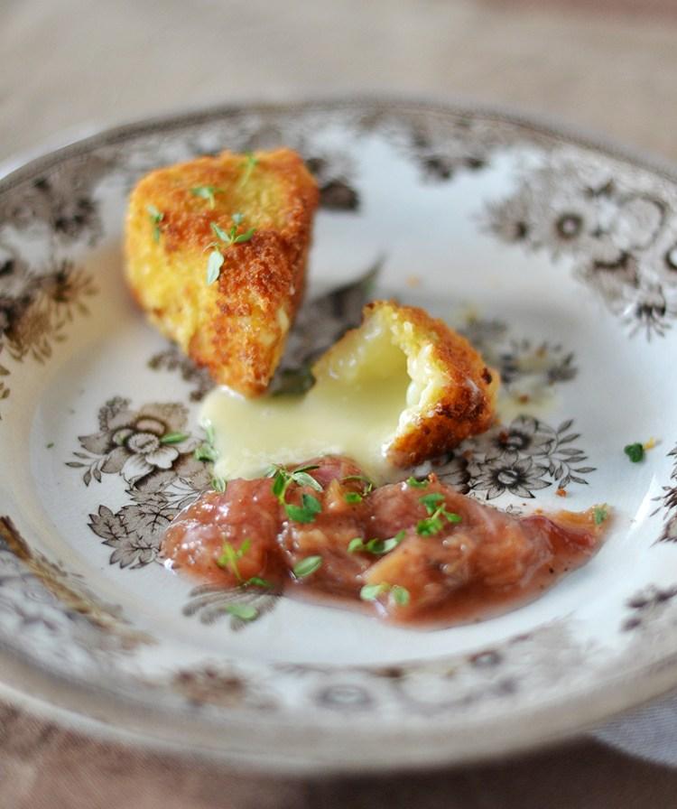 Friteret camembert med rabarber
