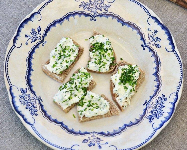 Hjemmelavet ost med urter
