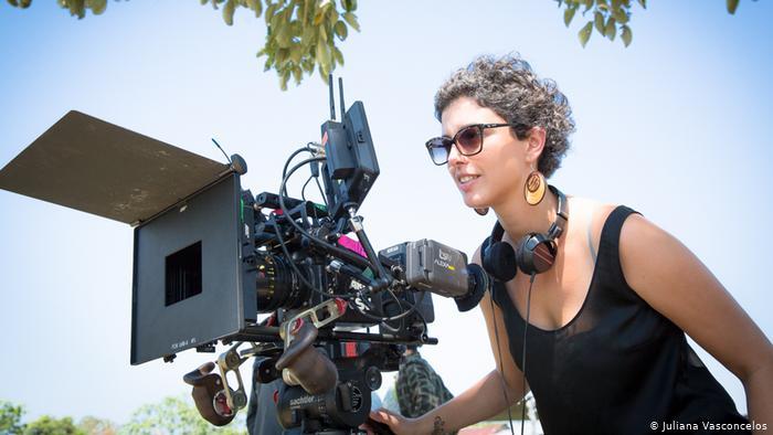 Mulher com uma camera profissional de gravação de cinema