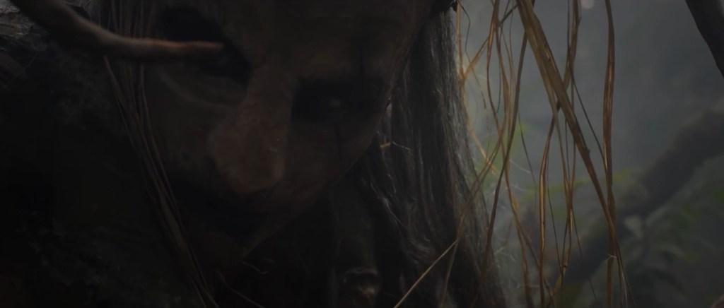 Close do rosto do Anhangá, olhando de soslaio por cima do ombro, mas não de costas. - 1º Festival de Cinema Brasileiro Fantástico
