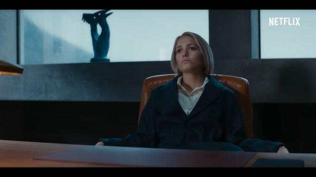 Saxa sentada à mesa das indústrias Jutul - Crítica da 2ª temporada de Ragnarok - OtaGeek