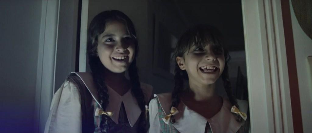 As irmãs assombram o protagonista com seu riso pretensiosamente macabro.