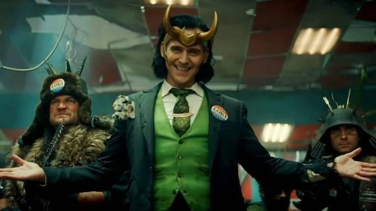 Tom Hiddleston vestido um terno verde e colete verde fazendo referência ao quadrinho do Loki lançado em 2016